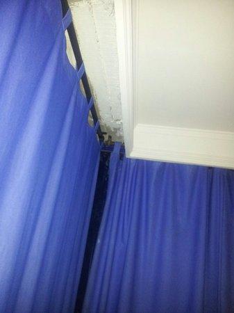 Hotel Costa Del Sol: Paredes resquebrajadas y cortinas sucias y viejas