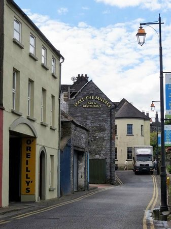 Matt The Millers Bar & Restaurant: At the bridge near Kilkenny Castle