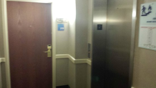 Holiday Inn Express & Suites Tilton: Room RIGHT next to elevator, but it was totally quiet.
