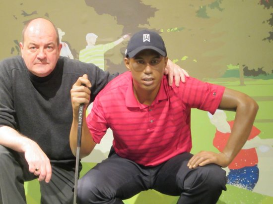 Madame Tussauds London: Lining up a putt with Tiger at Madame Tussauds