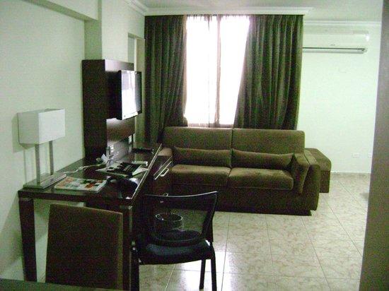Hotel Coral Suites: La antesala de una habitación común, tan amplia que no alcanzaría una sola toma