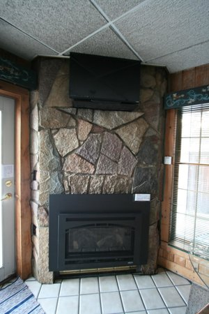 Solbakken on Superior: Fireplace and TV