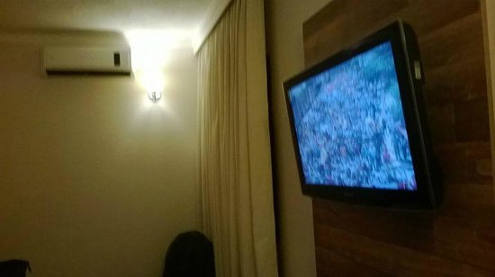 Oasis Tower Hotel: TV e ar split (barulhento).