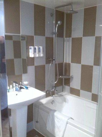 Hotel 2.4: Good sized bathroom