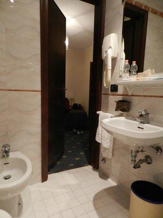 Hotel Columbus: Baño