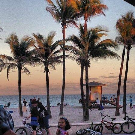 Hollywood Beach: Sunset on the boardwalk