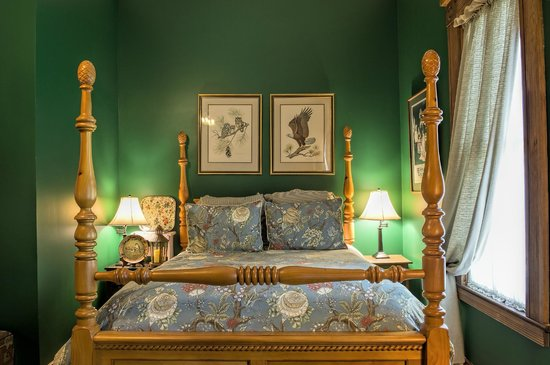 Le Village Guesthouse: Cypress Suite (Room 3). Queen bed & day bed.