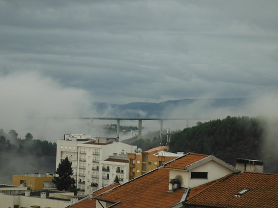 Miraneve Hotel: Early morning cloud, looking L at the spectacular road bridge