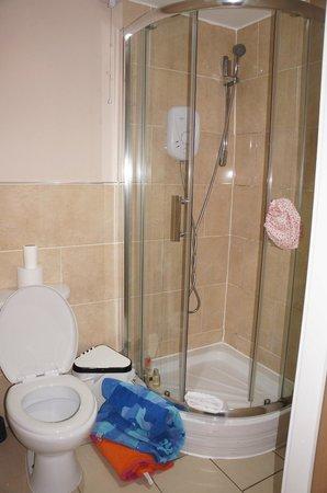 Printworks Apartments: En suite bathroom