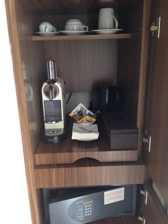 Radisson Blu Hotel, Milan: Hot water cattle and coffee maker