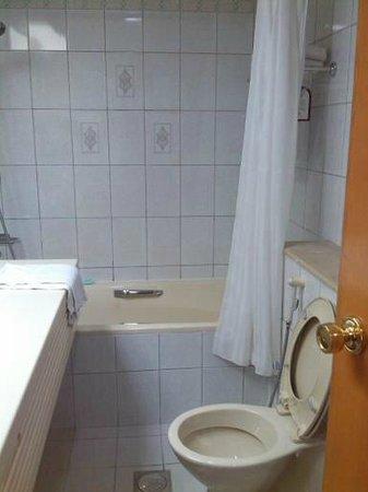 EWA Dubai Deira Hotel: Good bath and shower