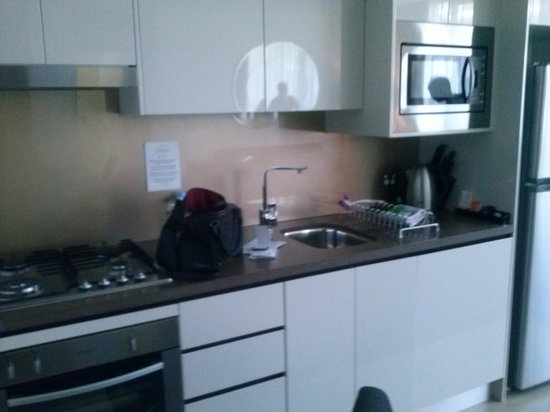Meriton Suites North Ryde: kitchenette