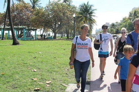 Miami Culinary Tours - Private Tours : Pela  Ocean Drive ouvindo as curiosidades sobre o Art Deco District