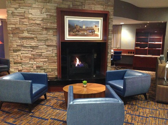 Courtyard Fort Meade BWI Business District: The feel of a den with fireplace.