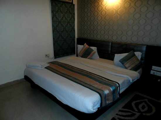 Hotel Delhi Aerocity: Comfy big bed - the only good thing