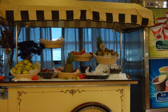 Hotel RH Corona del Mar: Fruit at dinner