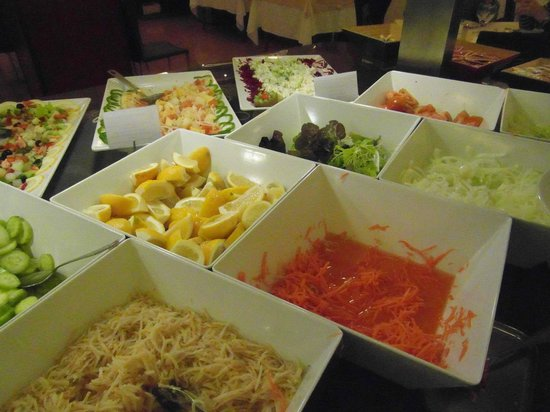 Hotel RH Corona del Mar: Salad at dinner time