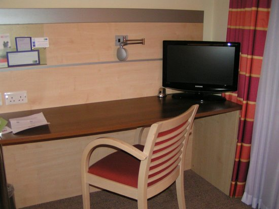 Holiday Inn Express Folkestone Channel Tunnel: desk area
