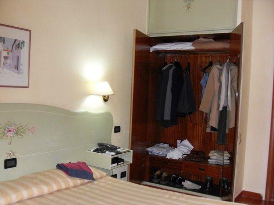 Milani Hotel : la chambre 204 avec la penderie ouverte
