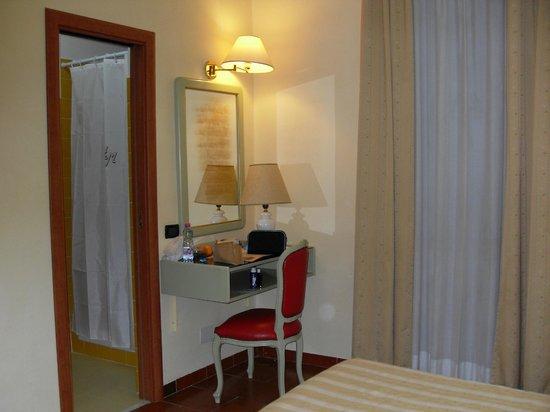 Milani Hotel : la chambre 204 côté bureau