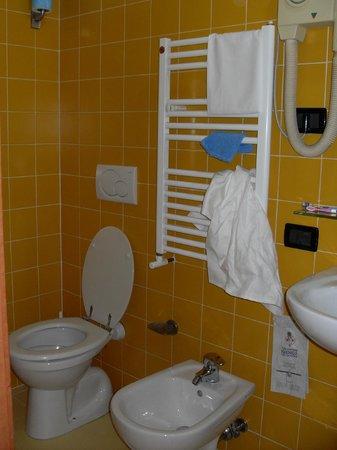 Milani Hotel : la salle de bains de la chambre 204