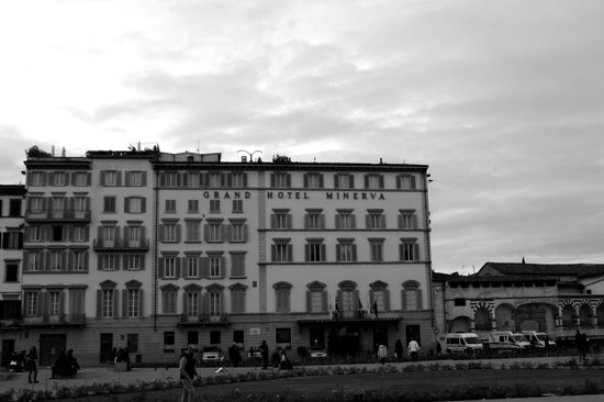 Grand Hotel Minerva: View of hotel from piazza
