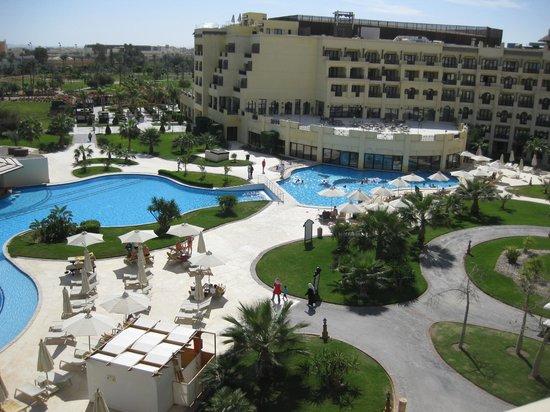 Steigenberger Al Dau Beach Hotel: uitzicht op het gebouw met restaurant