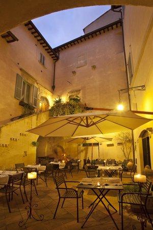 Taverna del Sette : L'antica corte nei mesi estivi