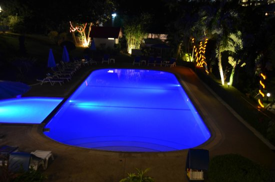 Pen Villa Hotel: Nightime view of pool from our room E1