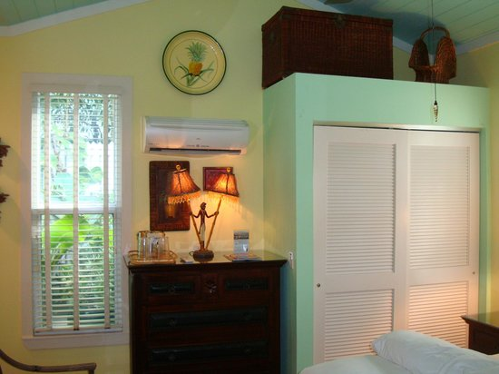 Pineapple Point Guest House and Resort : Closet area
