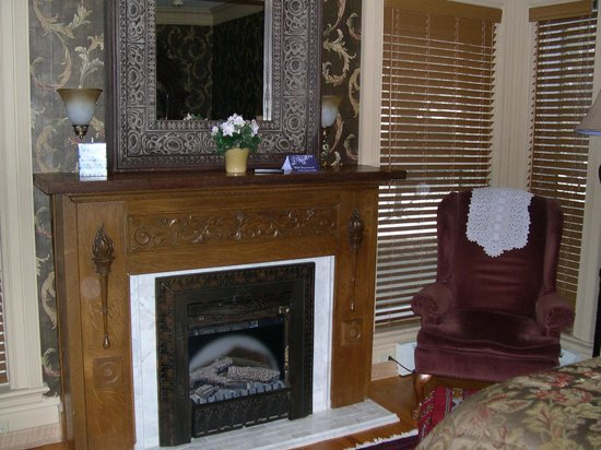 Mansion District Inn Bed & Breakfast: Fireplace in room