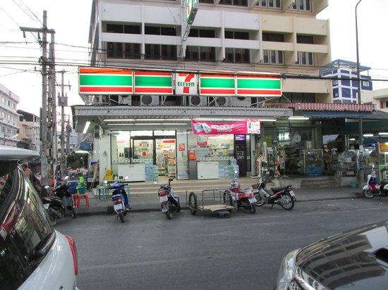 Chalelarn Hotel Hua Hin: right across the street
