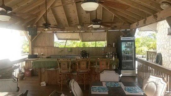 Island HoppInn: Tiki Bar and dining area