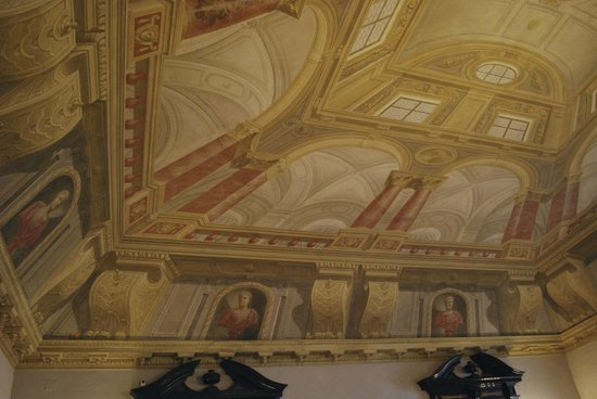 Munich Residence (Residenz Munchen): The walls are actually square.  They appear to slant in.