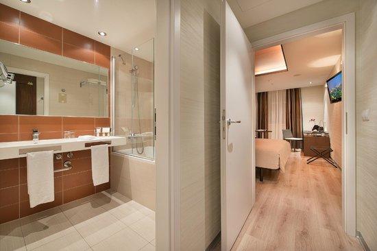 LOFT Hotel Bratislava : Room/bathroom