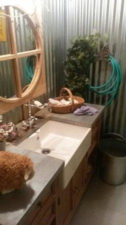 Le Cabanon des Pecheurs : Hand sink in the excellent rest room