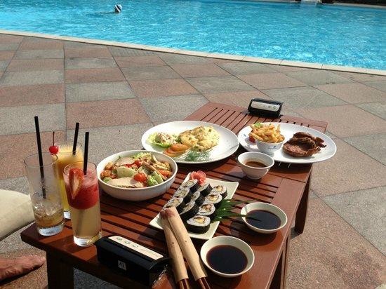 Diamond Bay Resort & Spa: обед у бассейна
