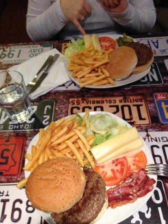 Leo's Hamburgeria: Hamburger di bovino ( in alto ) e hamburger di Chianina Toscana ( basso )
