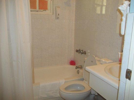 Grand Pineapple Beach Negril: Bathroom