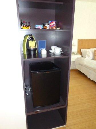 Casa Calma Hotel: Armario com frigobar (naum gela)