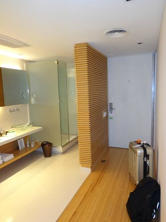 Casa Calma Hotel: Banheiro e porta de entrada do quarto