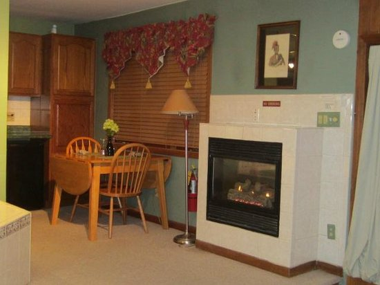 Fontana Country Inn - Suites: Fireplace and Kitchenette