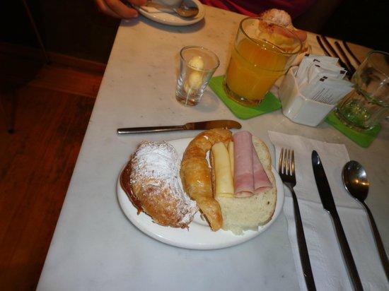 Casa Calma Hotel: Cafe - croissant com doce de leite