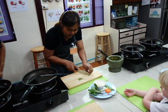 Cooking with Poo and Friends: Preparing green curry paste