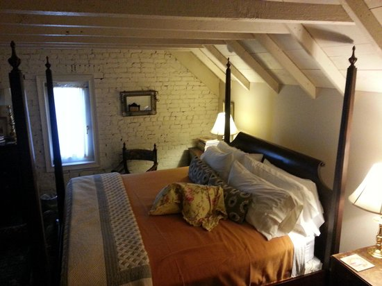 Inn at Woodhaven: The king bed in the Attic Suite.