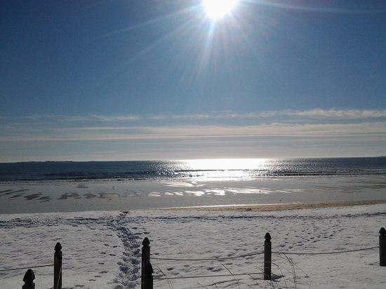 Sandpiper Beachfront Motel: porch view,.