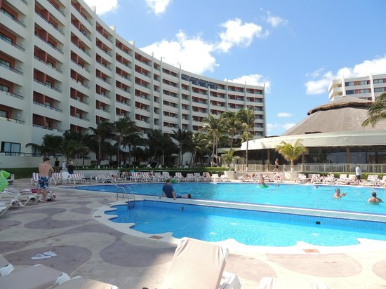 Crown Paradise Club Cancun: Secondary pool---not as busy!