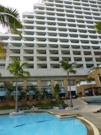 Hilton Hua Hin Resort & Spa: Hilton from the pool deck