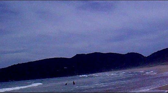 Tucuns Beach : gente metida en la primer canaleta, (35 mts de ancho)
