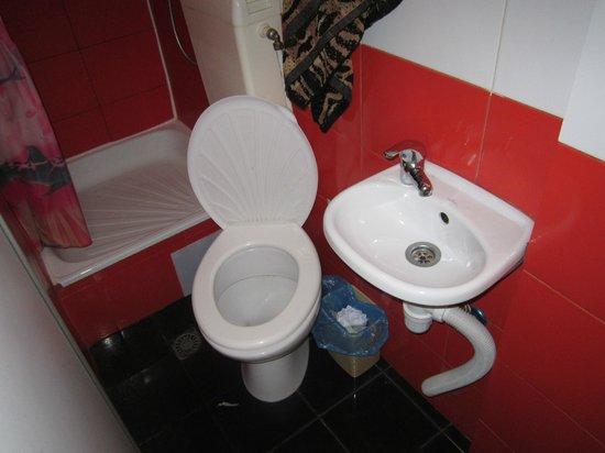 Tokyo-Star: WC do quarto - lavatório e sanita.